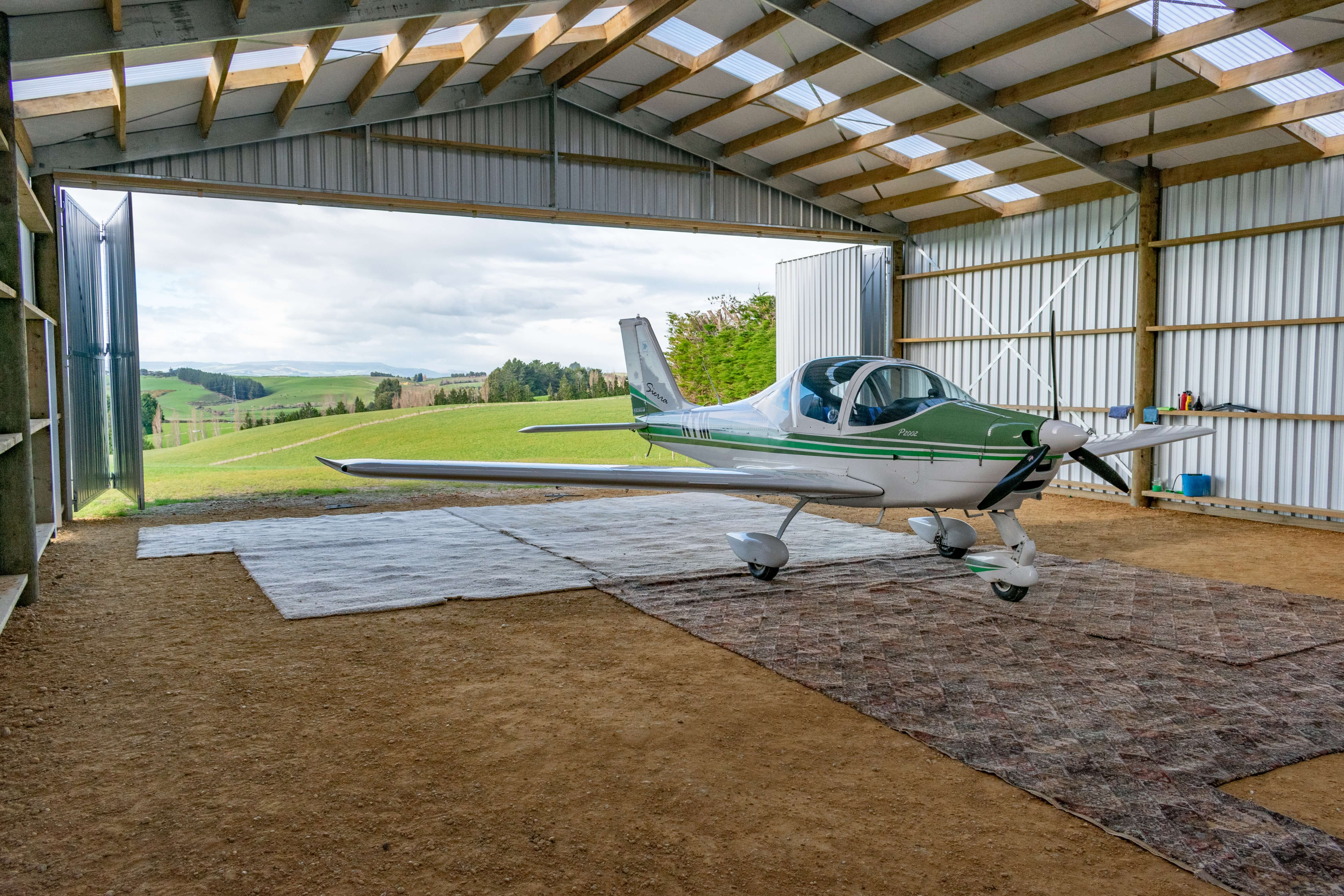 Open gable aircraft hangar